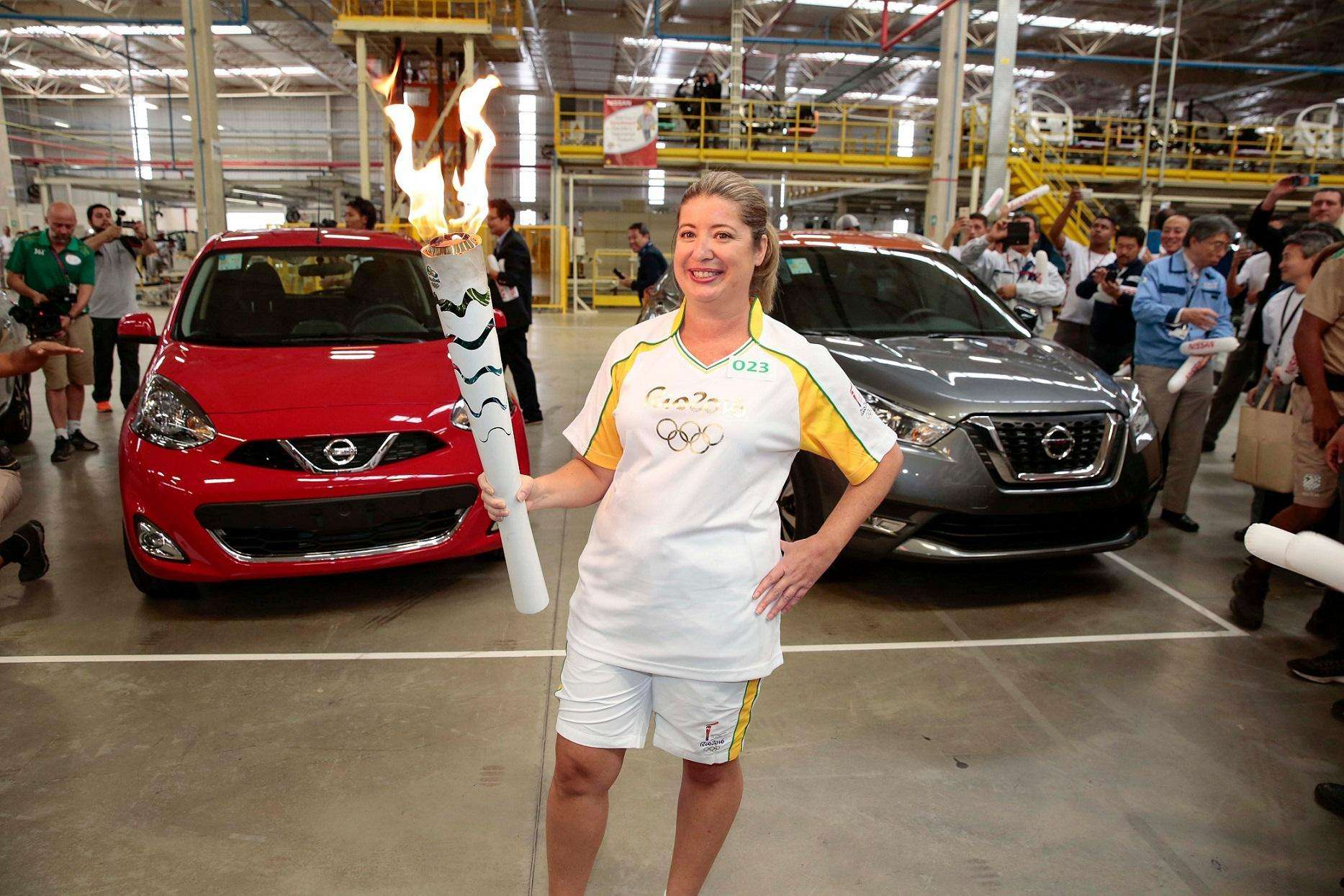 Tocha Olímpica passa por dentro da fábrica da Nissan no Rio de Janeiro