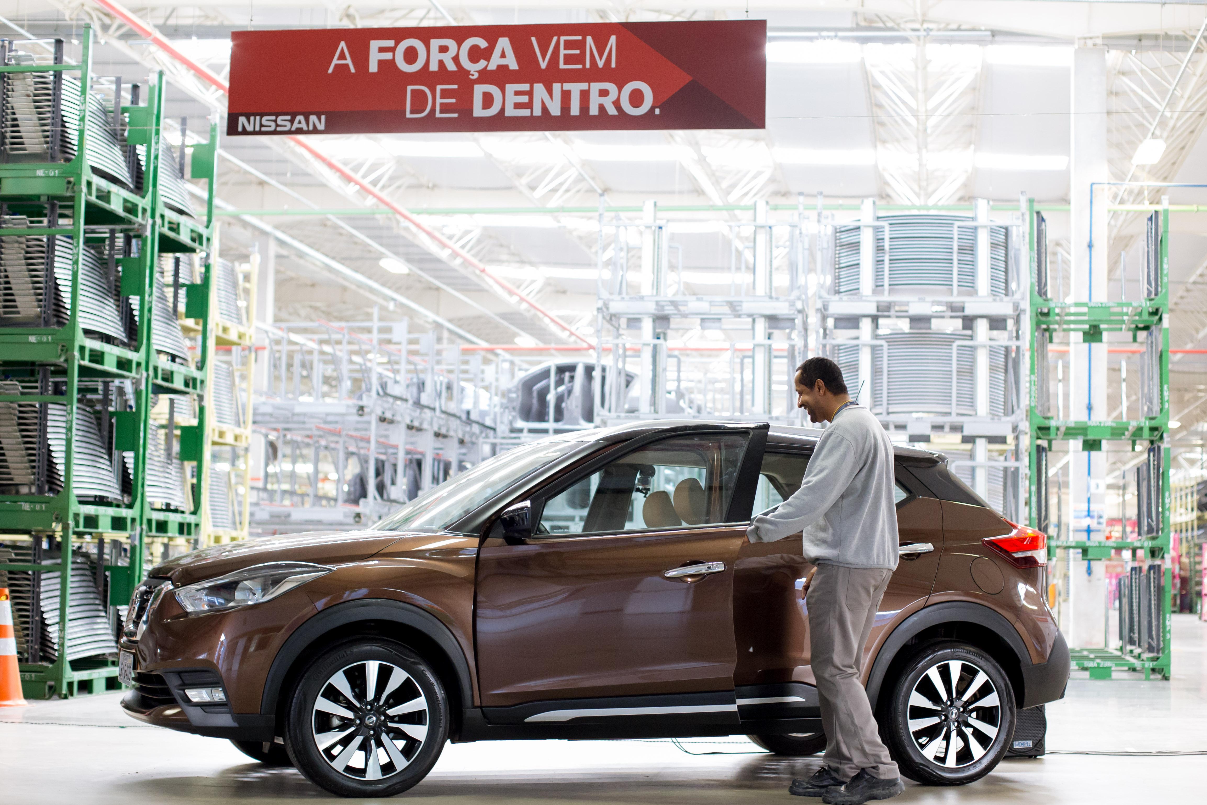 Nissan Kicks ganha vida e conversa com funcionários em sua linha de produção