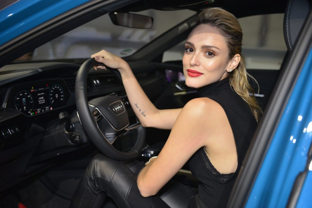 Isabelle Drummond, nova embaixadora da Audi no Brasil, estrela campanha do SUV Q5