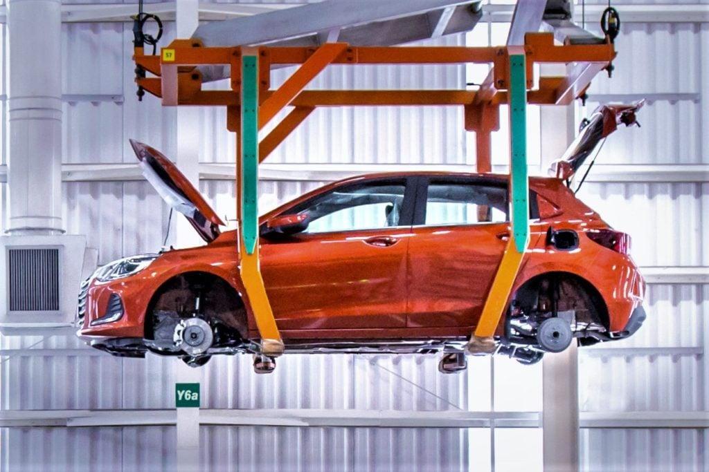 Carro preferido da América Latina, Chevrolet Onix tem sua produção retomada